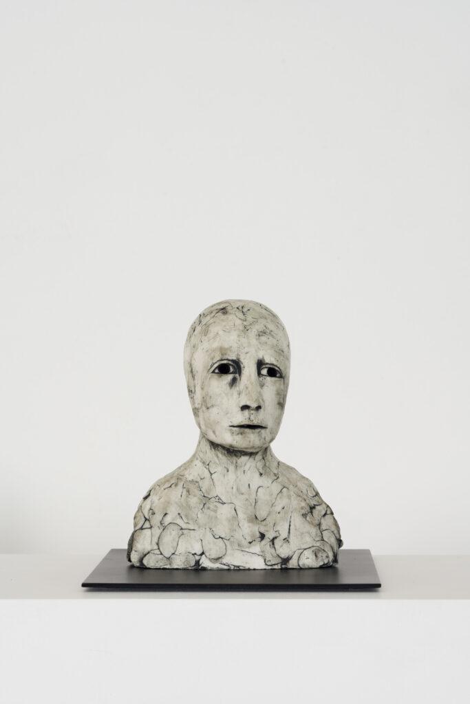 Ellen Lindström, Framåt. Vinst i Våga Se - Konst konstlotteri 2021. Stengods och metall, ca 20x20x20 cm.