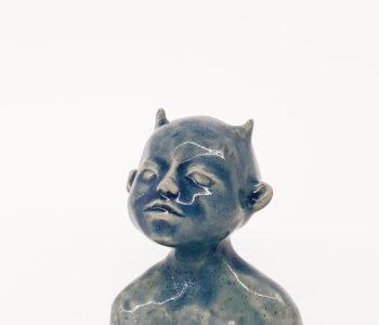 Skulptur till Våga Se - Konsts medlemmar med dubbelt medlemskap. Benämning: AAD2 Karaktären, glaserat stengods. 12,5 x 10,5 x 8 cm. 150 ex.