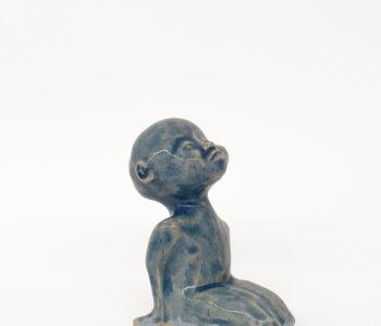 Skulptur till Våga Se - Konsts medlemmar med dubbelt medlemskap. Benämning: AAD1 , Väntan, glaserat stengods. 13 x 6 x 9 cm. 150 ex.